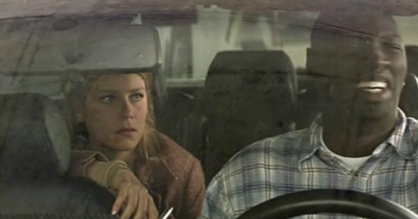 omar sy dans le film la tour montparnasse infernale dans son taxi avec une fille