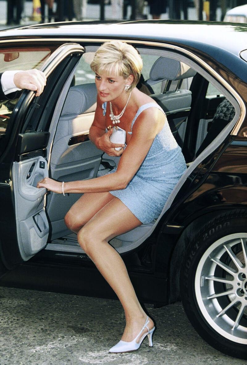 lady diana avec sa pochette qui sort de la voiture