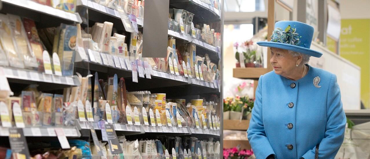 la reine d'angleterre dans un supermarché